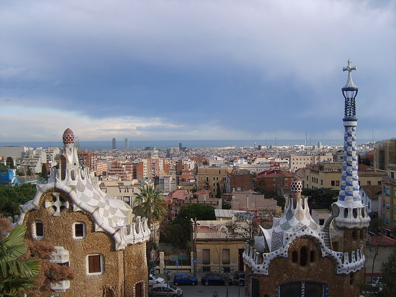 02-800px-Barcelona_in_Parc_Güell (Custom)