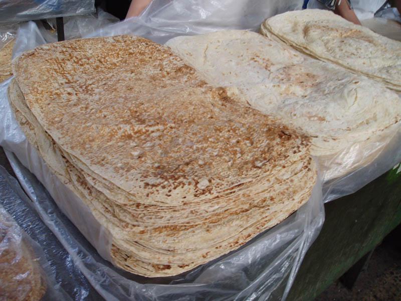 """Pan armenio en el mercado de Yerevan"", Wiquijote, Commons"
