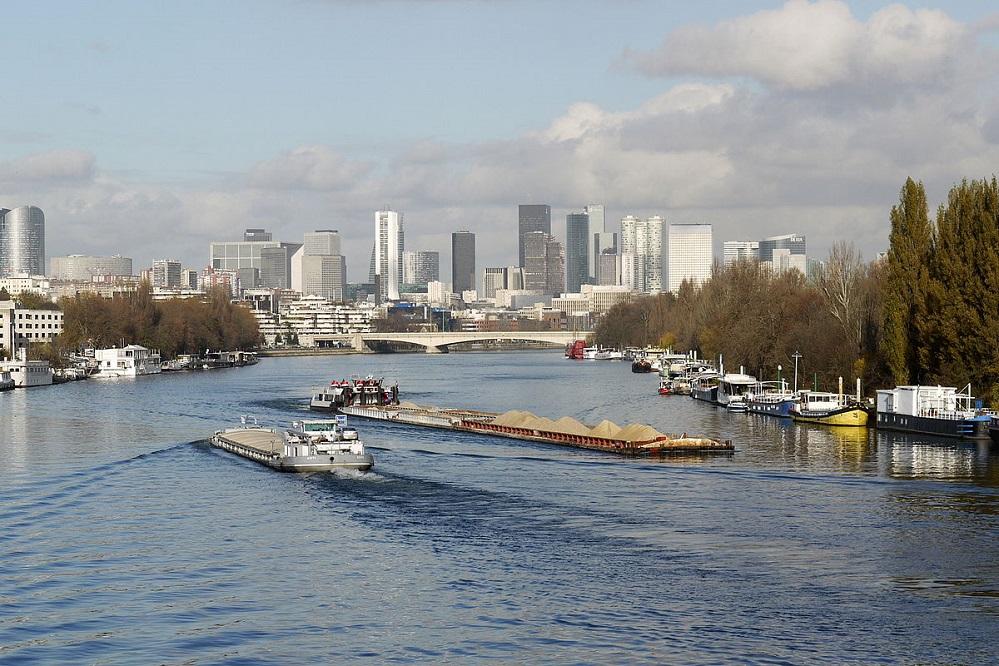 """""""Peniches sur la Seine a Boulogne P100012"""", Pline, CC BY-SA 3.0, Commons)"""