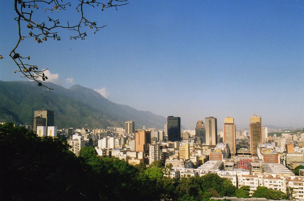 """""""Caracas from El Calvary"""", Superyessicanova, http://www.flickr.com/photos/superyessicanova/468649543/, CC BY 2.0, Commons"""