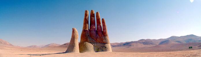 Atacama Çölü dev el heykeli