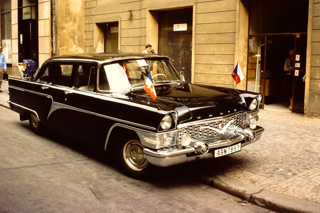 Prag sokakları eski otomobil