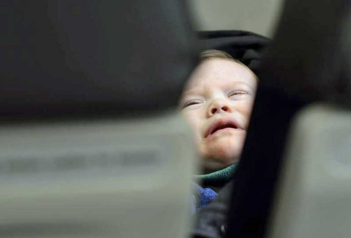 bebekli yolcu uçak